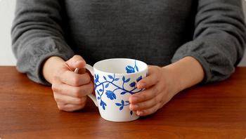 ナチュラルな手描き感が優しさや温かみを感じさせ、かわらしさを含んだ華やかな雰囲気がステキです。カップの内側まで描かれている花模様もポイント。飲み物にさりげなく彩りを添えてくれるオススメのマグカップです。