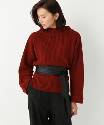 幅広でやわらかな帯状のベルト「サッシュベルト」。留め具を使わないやや太めのベルトで、ウエストマークをするのに最適です。