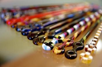 柄の部分にメガネを模した遊び心あふれるデザインが施され、カラーバリエーションも実に豊富。