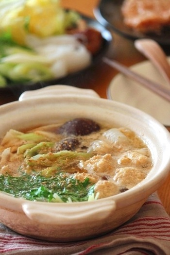 胡麻と生姜は、味噌でまとめることでおいしいお鍋に。出汁は鶏ガラスープを使い、ちょっぴり中華風。〆はうどんも良いですが、中華麺もおすすめです。