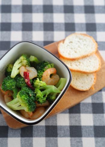 ビタミンCが豊富なブロッコリーは、風邪予防に効果的。冬から春にかけてが旬なので、今こそ食べたい緑黄色野菜です。アヒージョにすれば、パスタに合うイタリアンな味わいに。