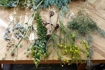 簡単に作り方のご紹介です。  ◆用意するもの◆ ・お好みの植物 ・花切りばさみ ・輪ゴム(または麻ひも) ・りぼんなど  ※素材が短めだとブーケ風になります。お好みの長さを選んでくださいね。