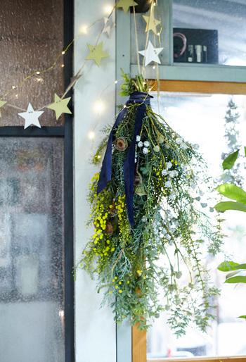 茎を輪ゴムや紐でしっかりと結び、リボンや紐をかけてあげたら出来上がり♪  いかがでしょうか?飾ってみると、冬の空気の中にフレッシュで素敵な香りを届けてくれそうですよね!