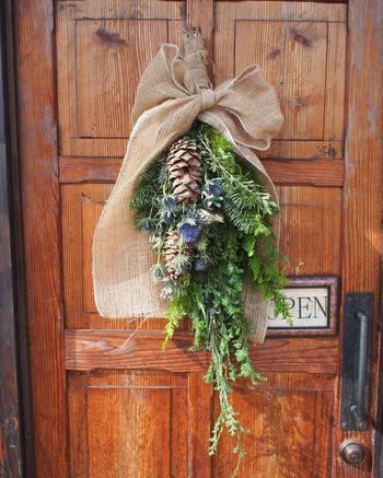 アクセントの松ぼっくりも可愛く、ドアの色とマッチしていますね。麻布を使って包めばよりナチュラルに♪