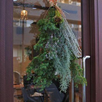 ツリー型にスモーキーカラーの植物を組み合わせて。冬を感じるシックな色合いが大人っぽい雰囲気です。