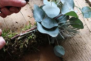 輪の表面を植物の束をワイヤーで巻き付けていき、土台が見えないように隠します。短い枝はUピンのようにワイヤーを変形させて差し込んでいくとボリュームがでてきます♪この作業の繰り返しで仕上がります。