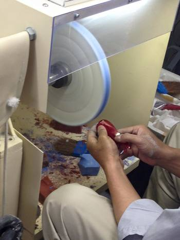 素材の型抜き、曲げ加工、研磨など職人の方が丁寧に手作業で制作しています。
