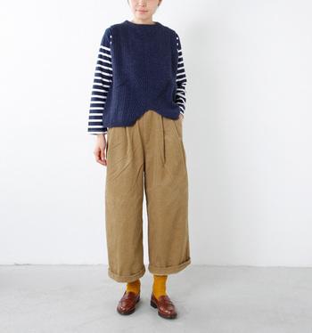 旬のワイドパンツを、コーデュロイ生地で秋冬仕様にアップデート!ロールアップしたパンツの裾から靴下をチラ見せした遊び心のある着こなしです。