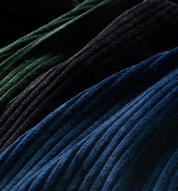 コーデュロイは、縦うねが特徴の素材です。保温効果が高いので、秋冬服に使われることが多いようです。摩擦に強いという特徴もあります。
