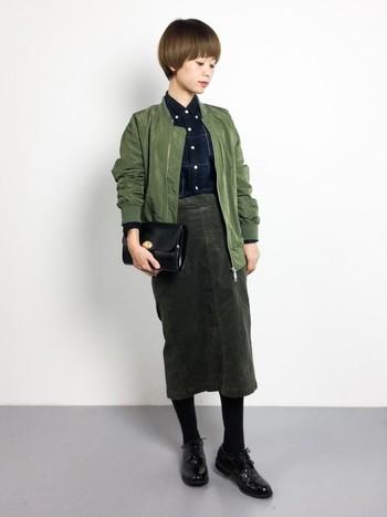 コーデュロイのタイトスカートは、女性らしいシルエットながら、カジュアルな素材なのでデイリーに活躍してくれそうですね。大人っぽくアースカラーでまとめたクールな着こなしです。