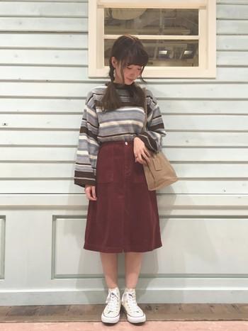 キレイなAラインシルエットのコーデュロイの膝丈スカート。ビッグシルエットのニットをINするのがスタイルアップの秘訣です♪