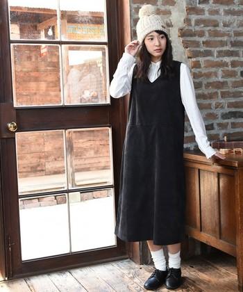 コーデュロイのジャンパースカートは、モノトーンカラーを選べば大人っぽい印象になりますね。さらに、タートルネックやシャツをインナーに合わせると落ち着いたより雰囲気に。