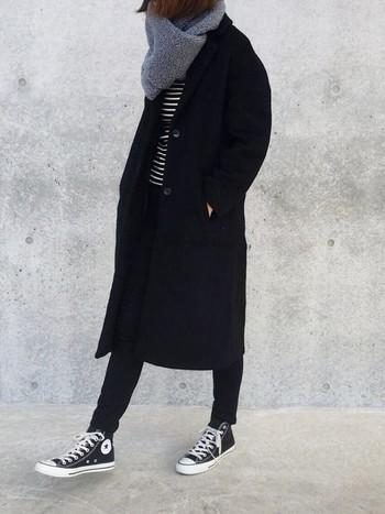 さらに、チェスターコートはフォーマルな雰囲気があるので、羽織るだけで大人っぽくなれるところも魅力です。ここ数年は、カジュアルスタイルのアウターとしても愛用されるようになっています。