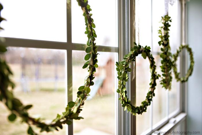 窓に飾ったシンプルなリースは、窓から幸運を呼び込んでくれそうですね!