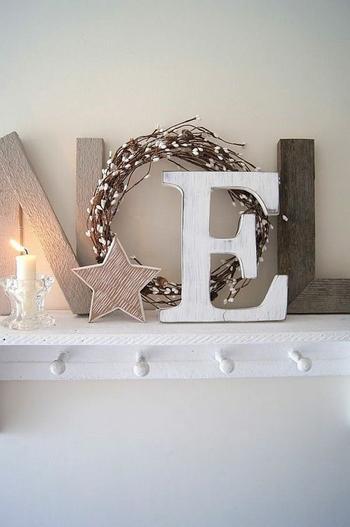 リースをアルファベットの「O」に見立ててメッセージ性のあるディスプレイに。キャンドルの灯りもあたたかな雰囲気をプラスしてくれます。