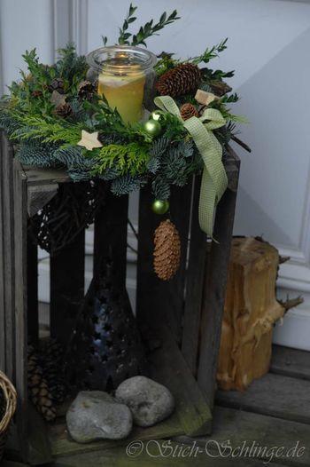 リースは壁に飾るだけじゃもったいない!木箱の上にキャンドルを囲むようにディスプレイするのも素敵です。