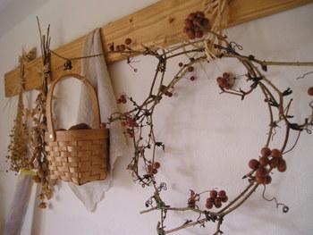 実の付いた枝物リースをかごバッグやドライフラワーとともにナチュラルインテリアに飾って♪