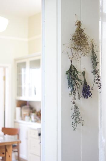 柱やお家の中のちょっとしたスペースにスワッグを飾るだけで、真っ白な壁面もあたたかみのある雰囲気に。