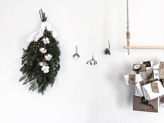 雪を思わせるようなふわふわの綿花を使った冬らしいスワッグ。小物やカードなど、バランスを考えながら飾るのも楽しそう。