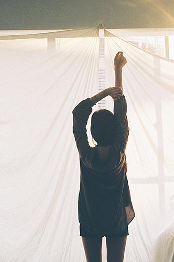 朝起きたらまず、太陽の光を浴びましょう。そうすることで、体内時計がリセットされます。そして、幸せホルモンと呼ばれるセロトニンが増えて心を穏やかにしてくれるので、前向きな気持ちで1日をスタートすることができます。