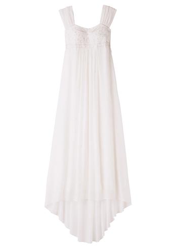 胸の下で切り替え、ストンと流れ落ちるようなすっきりとしたシルエットのエンパイアラインのドレス。締め付けるところがなく、着心地が楽なのも嬉しい。バグラディッシュの農村地域の職人の手織りと手刺繍の技術が施された生地は、肌触りも柔らかく心地がよい。結婚式後もリメイクして、ずっと大切に着たくなるドレスです。