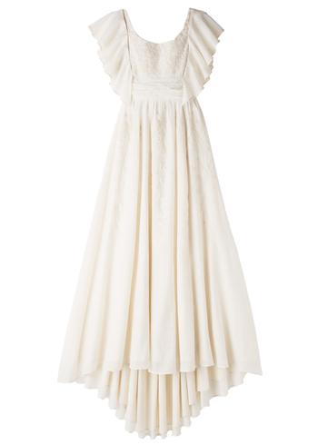 たっぷりと生地を使い、裾にむかって広がるラインがエレガントなドレス。V字に開いたバックやドレープが美しい袖など、大人の魅力を存分に感じさせます。袖は取り外しができるので、パーティーの途中でイメージを変えることも。美しい花嫁の立ち姿に魅了されてしまいます。