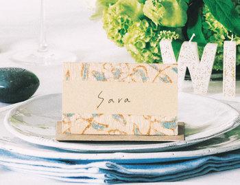 大切な人々が揃って祝福してくれるなんて、そうそうない機会。「結婚式」は当人のためのものでもあるけれど、ゲストを喜ばせ楽しい時間を過ごしてもらうことも大事です。たとえば、提供される食事がオーガニックな素材で作られていたり、アップサイクルのブーケやアクセサリーを身に着けたり、手作りの温もりを感じさせるデコレーションを施したり...準備は大変でも、心のこもったおもてなしは、みんなを感動させます。