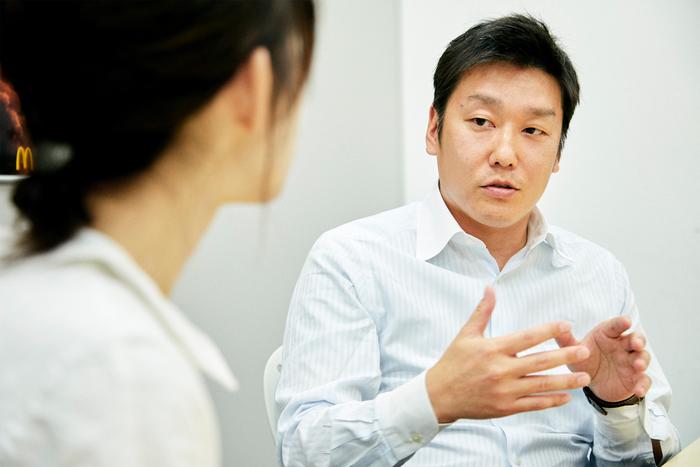 小山郁さん…日本マクドナルド株式会社クオリティアシュアランス部所属。国内のマクドナルドで提供される食材の品質保証を担当している。