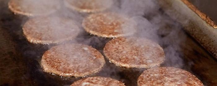 国内の工場で加工されたビーフパティは、お店の専用グリルで冷凍の状態から僅か38秒間で焼き上げます。一気に両面から加熱調理するので、旨味を逃さず、ビーフの美味しさがそのまま味わえるそう。