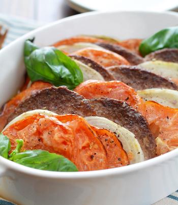 ■パティと野菜のグリル ビーフパティと輪切りにしたトマト、玉ねぎを耐熱皿に並べ、岩塩とオリーブオイルをかけオーブンで焼く。パティに火が通ったら、粗挽きこしょうをふり、お好みでバジルを添えて完成。 シンプルに野菜と一緒にグリルするだけで、特別感のあるご馳走に!「ビーフ100%」ならではの美味しさがたっぷりと堪能できて、ご家族からも大好評だったそうです。