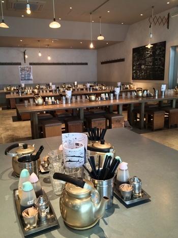 店内に入ると、おしゃれなカフェ風でありながら、どこかアットホームな食堂を思わせる雰囲気。テーブルにやかんが置いてあるあたり、大衆食堂を思わせる親しみやすさが漂います。