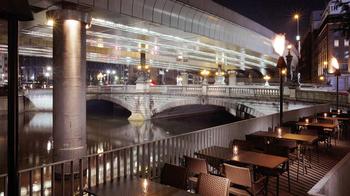 日本橋1-1-1。まさかの住所をそのまま店名にしたお店が、日本橋のたもとにあります。桟橋にあるオシャレなテラス席が印象的で、昼も夜も雰囲気バツグンです。