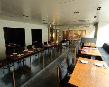 店内は、ハイチェアのテーブルとソファもある低めのテーブルがあり、シチュエーションによって選ぶことができます。おすすめは、川沿いの窓際の席。日本橋と下を流れる日本橋川が眺められて、ゆったり優雅な時間を過ごすことができます。