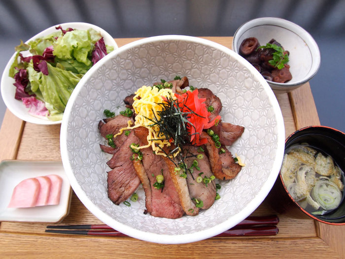 お料理は、創作和食が中心。ランチタイムは、1000円前後のリーズナブルな丼や定食メニューがそろっています。おすすめは、鴨ロース炙り焼き丼膳。ジューシーな甘味が楽しめる鴨肉がたっぷり入って、ボリューミーな丼です。お味噌汁とごはんはおかわりも自由です。