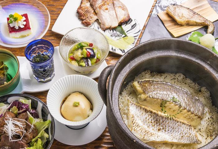 予約が可能なら、真鯛の土鍋めしコースもぜひ食べたい一品。真鯛のうまみがたっぷり染み込んだ土鍋ごはんは、この上なく幸せな気持ちにしてくれます。高級素材を惜しげもなく使ったコース仕立てのお料理もたっぷり楽しめます。2名以上から予約可能です。
