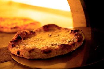 ローマ生まれのシェフが作るピッツアは、材料にもこだわりぬいた本格派。高温の窯でパリッと焼き上げられた皮は、外はカリカリ、中はもちもちの、夢の触感を生み出しています。