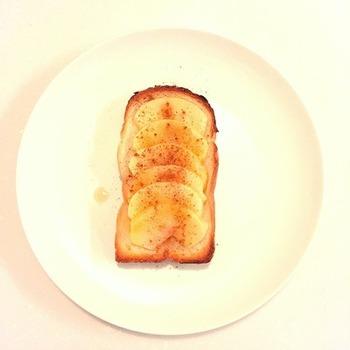 甘酸っぱいりんごと香ばしく焼いたパンが絶妙の焼きリンゴトースト。お好みでシナモンやハチミツなどをかけても甘くて美味しいですよ♪