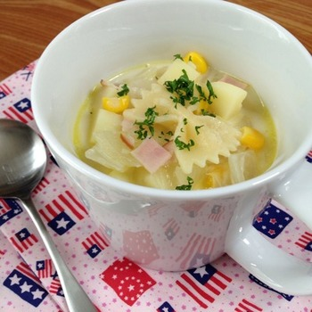 小さく切った玉ねぎ・じゃがいもをフライパンで炒めたら水とコンソメを加えてハムとパスタもプラスして牛乳やマーガリン・塩コショウで味付けてマグカップに注ぐだけ♪パスタも入っているので腹持ちも良さそうですね。
