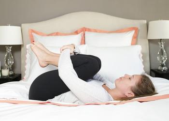 朝ヨガは、起きてすぐにするのがおすすめです。朝は呼吸も整っているので効果も高まって、血行も良くなるのでスッキリとした目覚めにもつながります。ベッドの上でできるので、起きてわざわざ準備をする手間もかからず効率も良いですね🎵