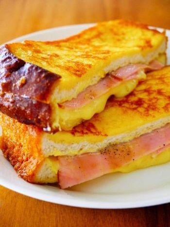 カナダ生まれのサンドイッチ「モンティクリスト」は、簡単なのに朝からちょっぴりリッチな味わい♪食パンにマヨネーズとマスタードを塗りハムとチーズを挟んで卵と牛乳を混ぜたものに浸してフライパンで両面こんがり焼くだけで出来上がり!