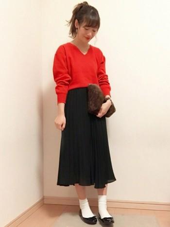 ガーリーなブラックのフレアスカートには、主役カラーの赤ニットを合わせて!白ソックスとブラックのエナメルパンプスが程よくクラシカルで素敵です。