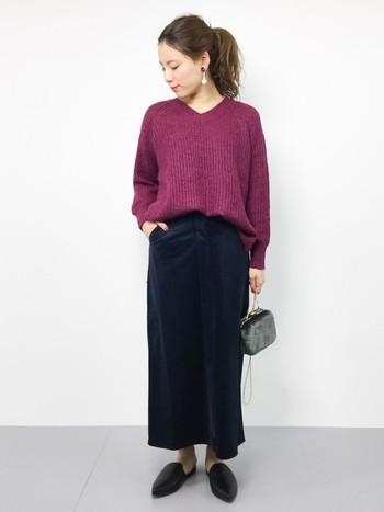 鮮やかなカラーのVネックニットが主役のコーデ。ベロアのロングスカートは、美しい縦ラインを演出するだけでなく、モヘア素材のニットのしっとり感を活かしてくれます。