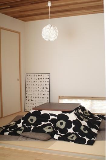 市販のこたつカバーに好みの柄がなかったら、布団カバーを活用しても。こちらの写真では、マリメッコのデュベカバーを活用。ダブルサイズなら正方形のこたつにぴったり。こたつ×marimekko(マリメッコ)。シックなカラーなので和室とも相性◎です。