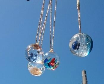 軽やかなガラスドームアクセ、いかがでしたか?お気に入りの素材でオリジナルのアクセサリーを手作りしてみてくださいね。