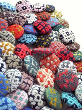 太めの刺繍糸の素朴さと、幾何学模様を多様した「モドコ(模様)」が特徴的なこぎん刺しは、現在の青森県で生まれた日本の伝統刺繍の一つです。触ると糸のふくらみがぽってりとしていて目にも福々しく、しっかりとした布地に仕上がるので、バッグやブックカバーなど丈夫さが必要なものへの活用にもオススメです。 小さい生地で作るポーチやくるみボタンも人気で、ハンドメイド初心者さんでも簡単にチャレンジしていただけます!