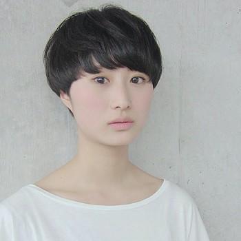眉毛が隠れるくらいの前髪が、個性的ながらもおしゃれな大人の女性に似合います。シンプルなファッションに黒髪がよく映えますね。