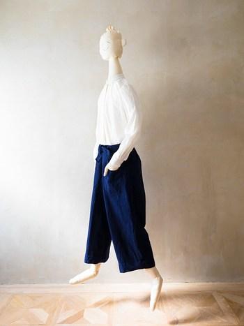 デスクワーク時や電車やバスなど移動時など、座る場面が多い現代社会に合わせて仕立てられた「Deskwork Pants(デスクワークパンツ)」。座っていてもスッと入るようポケットがでデザインされています。