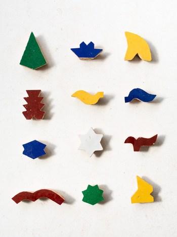 モロッコで作られているモザイクタイルに使うタイルピースがブローチになりました。鮮やかな色合いとユニークな形がまるでアート作品のようです。