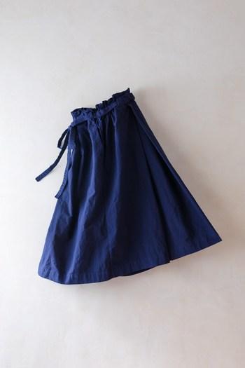ウェストを紐できゅっと絞るタイプのスカート「Hakama Skirt(ハカマスカート)」。日本の伝統的な袴を敬愛して仕立てあげられています。