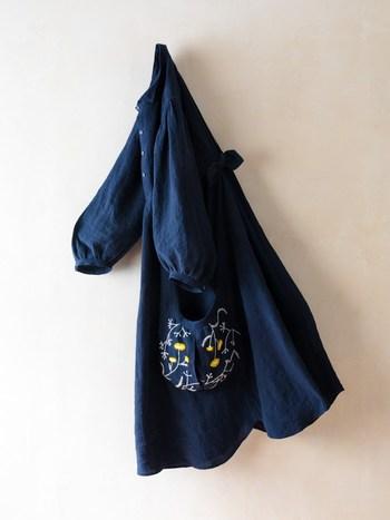 オリジナルのお花のウール刺繍がかわいいワンピース。小さな襟元、手づくりの糸ボタン、たっぷりとふくらんだ袖、後ろの小さなリボン…とても愛らしいワンピースでずっと大切にしていきたいですね。